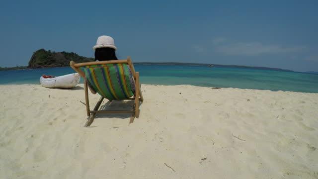 junge frau am tropischen strand insel entspannend - cay insel stock-videos und b-roll-filmmaterial