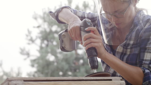 ung kvinna renovera gamla möbler - trädgårdshandske bildbanksvideor och videomaterial från bakom kulisserna