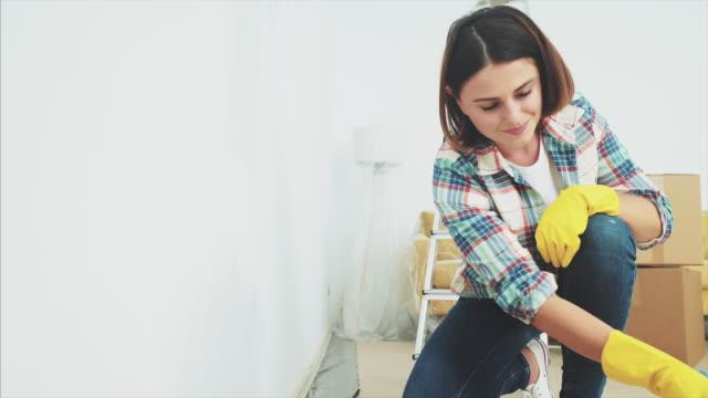 vídeos y material grabado en eventos de stock de joven reparando y pintando la pared en casa. - reforma