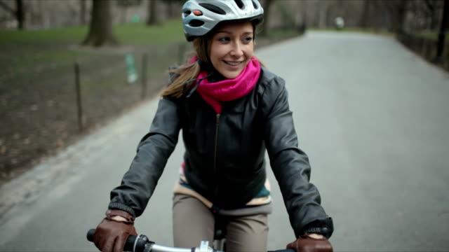 stockvideo's en b-roll-footage met ms pov young woman riding bicycle on road / manhattan, new york, usa - helm apparatuur