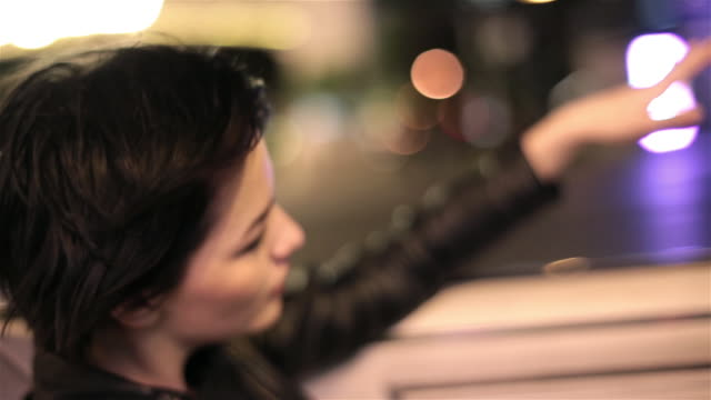 stockvideo's en b-roll-footage met young woman riding down las vegas strip in classic convertible waves her hand in the wind - rondrijden