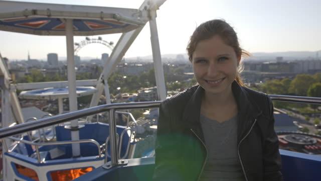 vídeos de stock, filmes e b-roll de mulher jovem andar na roda-gigante - jovem de espírito