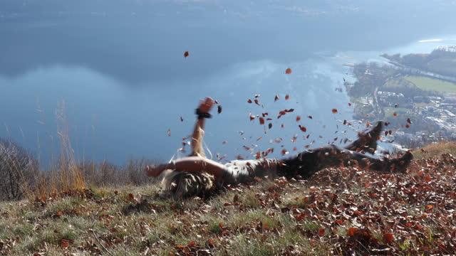 vídeos y material grabado en eventos de stock de joven rueda por la pendiente alpina, las hojas vuelan detrás de su - rodar