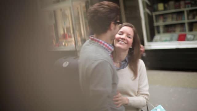 stockvideo's en b-roll-footage met young woman ruffles her boyfriend‰ûªs hair and gives him a kiss on a romantic london stroll. - boekwinkel