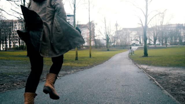 stockvideo's en b-roll-footage met jonge vrouw runing in het park slowmotion - verdwaald
