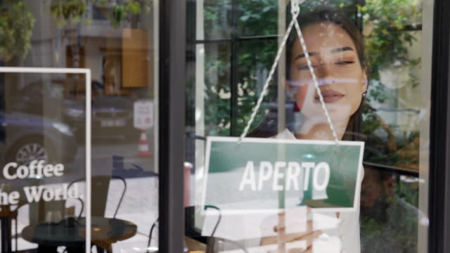 young woman running an italian small business - aperto video stock e b–roll