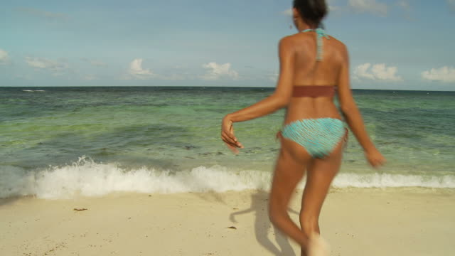 vídeos y material grabado en eventos de stock de ws young woman running and spinning on beach / seychelles - brazo humano