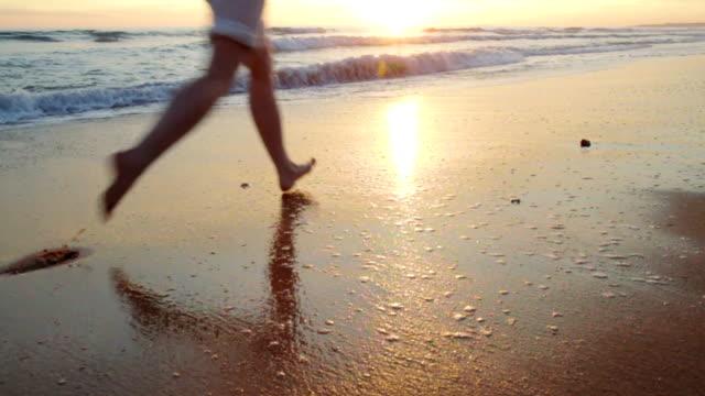 Junge Frau Laufen am Strand-Slow-Motion