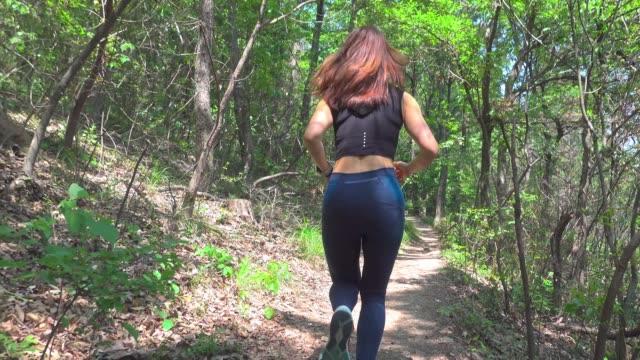 young woman running in forest - gebirgskamm stock-videos und b-roll-filmmaterial