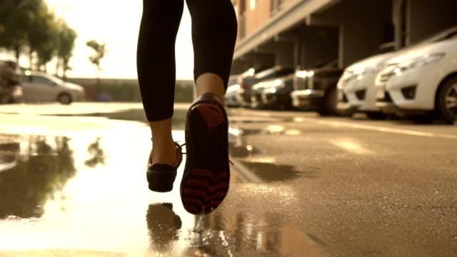 stockvideo's en b-roll-footage met jonge vrouw met parking slowmotion. - jogster