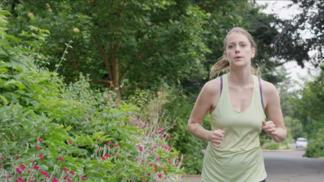 vídeos y material grabado en eventos de stock de mujer joven corriendo en cámara lenta - corredora de footing