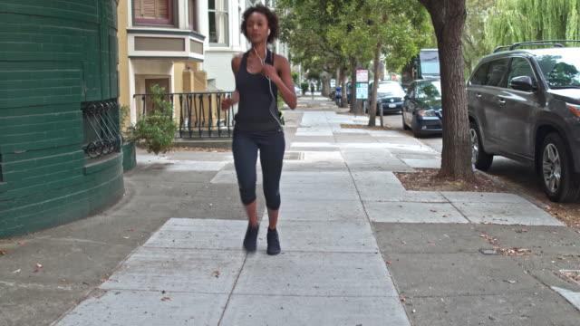 サンフランシスコで屋外を実行する若い女性 - resting点の映像素材/bロール