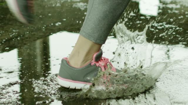 Junge Frau läuft in das Wasser