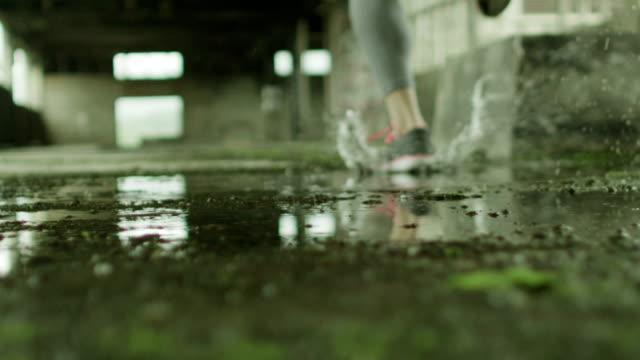 Ung kvinna kör genom vattnet