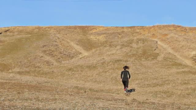 vidéos et rushes de jeune femme course en montée. 2 en 1 haute définition vidéo. - qui monte