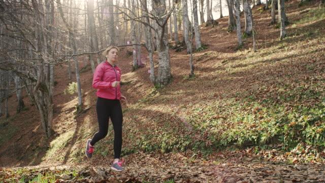 vidéos et rushes de jeune femme en train de courir - joggeuse