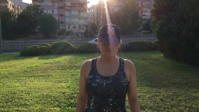 公共の公園で若い女性ランニング ・ ウォーキング