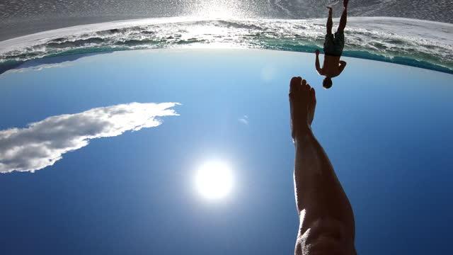 ung kvinna springer in i havet surfa, medelhavet - bar överkropp bildbanksvideor och videomaterial från bakom kulisserna