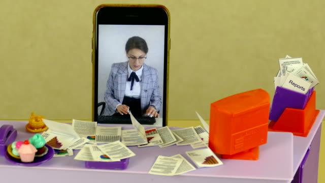 stockvideo's en b-roll-footage met jonge vrouwensecretaresse bij het verre werk bij een poppenlijst - vrouwelijke gestalte