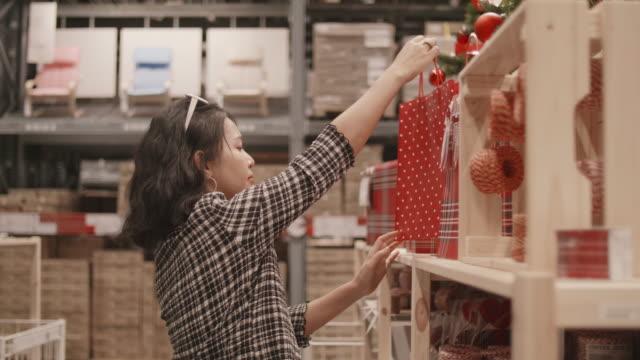 若い女性のクリスマス休暇中にショッピングします。 - ギフトショップ点の映像素材/bロール