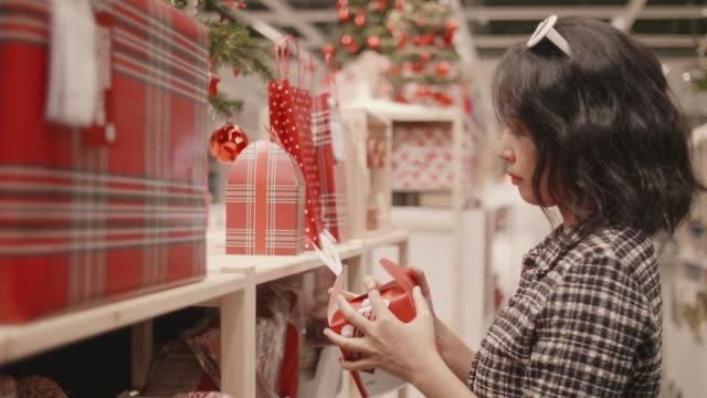 junge frau shopping in den weihnachtsferien. - haufen stock-videos und b-roll-filmmaterial