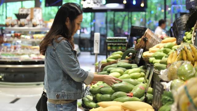 新鮮な野菜を買い物若い女性 - スーパーマーケット点の映像素材/bロール