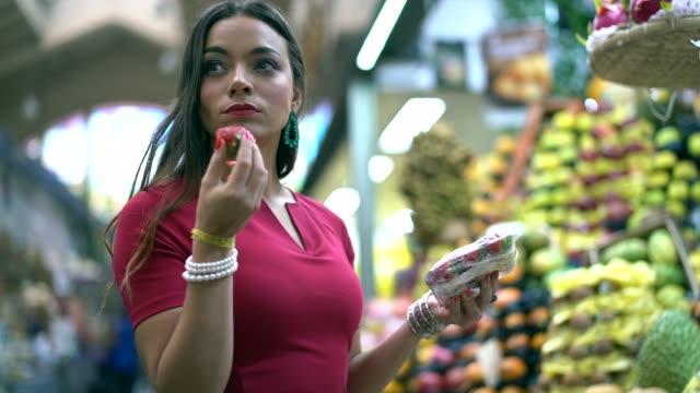若い女性がローカル市場でショッピング - 生鮮食品コーナー点の映像素材/bロール