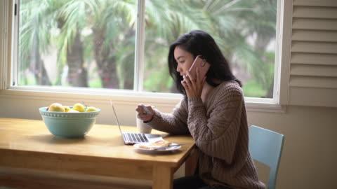 vídeos y material grabado en eventos de stock de ms young woman shopping online at home - cabello negro