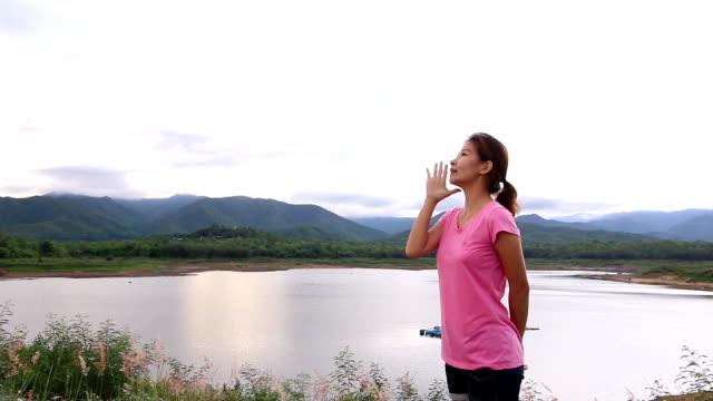 若い女性叫ぶの自然の湖 - landscape scenery点の映像素材/bロール