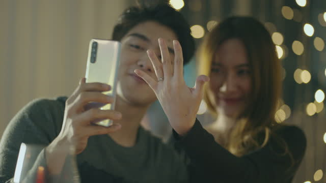 若い女性がビデオチャットで婚約指輪を披露 - 結婚指輪点の映像素材/bロール