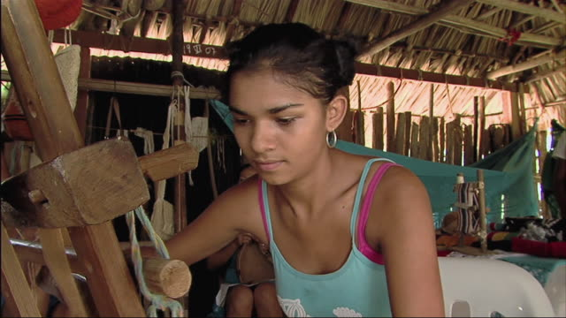 ms td tu young woman sitting at loom / colombia - nur junge frauen stock-videos und b-roll-filmmaterial