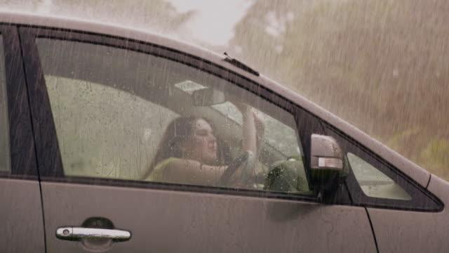vídeos y material grabado en eventos de stock de young woman sitting in a car in rain season, delhi, india - sólo mujeres jóvenes