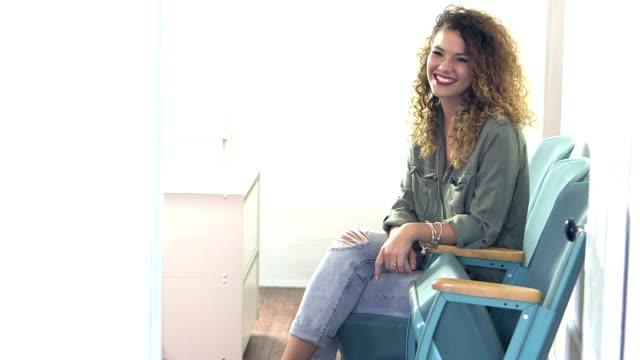 Junge Frau sitzt im Büro tragen legere Kleidung