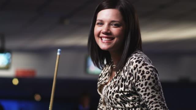 vídeos y material grabado en eventos de stock de young woman sitting on a pool table - salón de billares