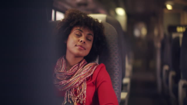 vidéos et rushes de ms young woman sleeping on a train - sommeil