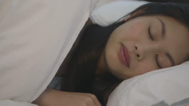young woman sleeping  - 横向きに寝る点の映像素材/bロール