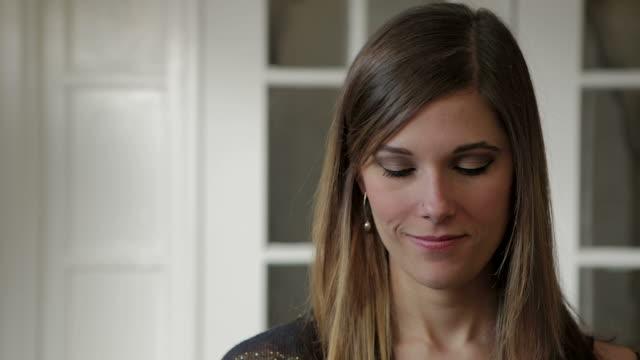 vídeos de stock, filmes e b-roll de jovem mulher telefone inteligente captura de tela verde marca feminino - exposição