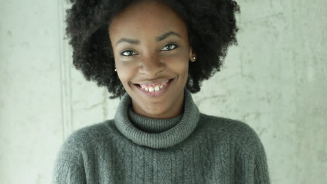 vídeos de stock e filmes b-roll de cu young woman smiling and gently laughing. - afro americano