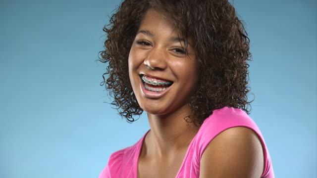 vídeos y material grabado en eventos de stock de young woman smiling at camera - vea otros clips de este rodaje 1164