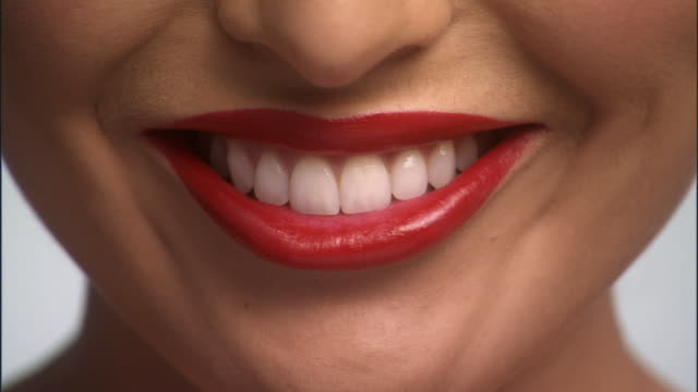 vídeos de stock, filmes e b-roll de slo mo, ecu, young woman smiling, close-up of lips - primeiro plano