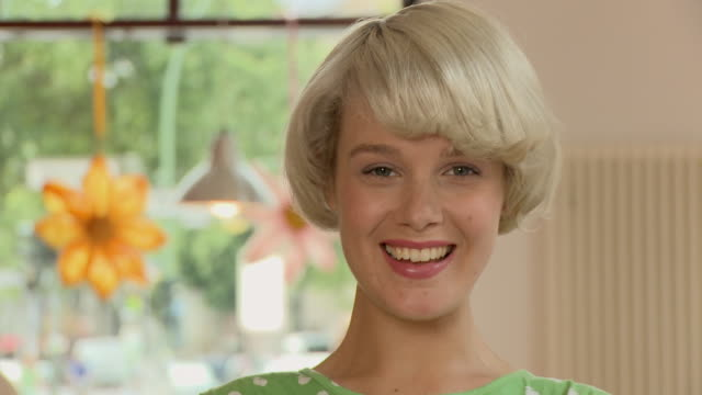 vídeos de stock e filmes b-roll de cu zi young woman smiling in front of painted store window / berlin, germany - rasto de movimento