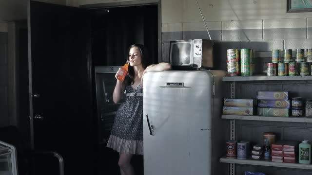 vídeos y material grabado en eventos de stock de ms young woman standing backwards leaned on fridge, drinking some bevereage in a sexy manner / palmdale, ca, united states  - sediento