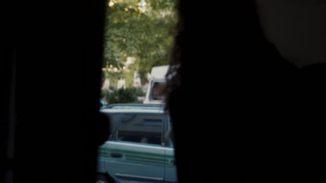 vídeos de stock e filmes b-roll de young woman stepping out of apartment building in berlin - apartamento