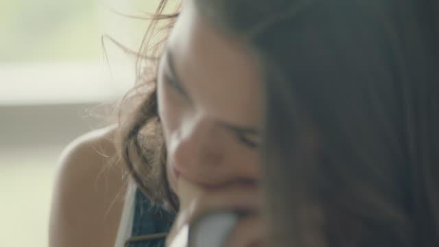 vídeos de stock e filmes b-roll de young woman sticking paper - ocupação artística