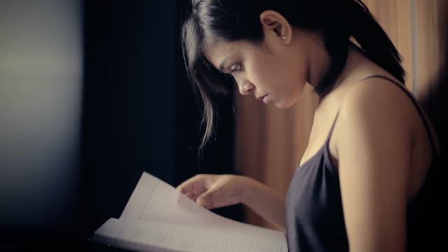 vídeos de stock, filmes e b-roll de jovem estudando notas e fazendo preparações para os exames. - note pad