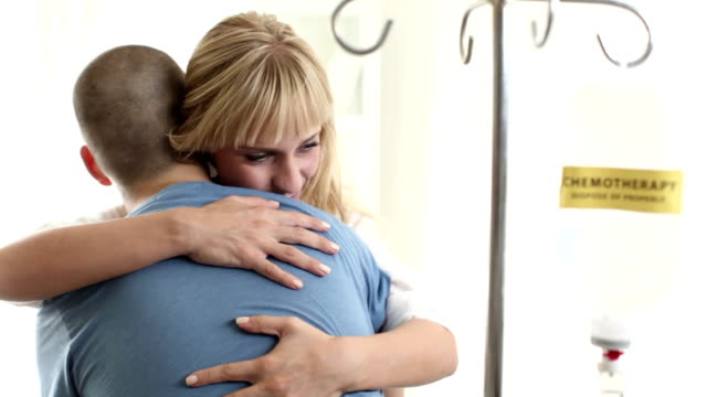 Mujer joven apoyar su hombre con la quimioterapia.