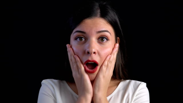 vídeos de stock, filmes e b-roll de mulher nova de 4k surpreendida excited - adolescentes meninas