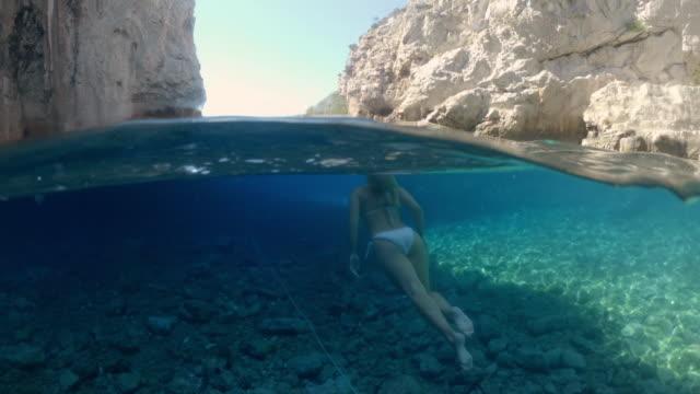 海、アドリア海、クロアチアで泳ぐms若い女性 - 水中カメラ点の映像素材/bロール