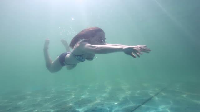 若い女性の水中 - ビキニ点の映像素材/bロール