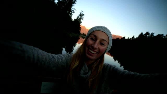 Junge Frau ist ein selfie Porträt von den See